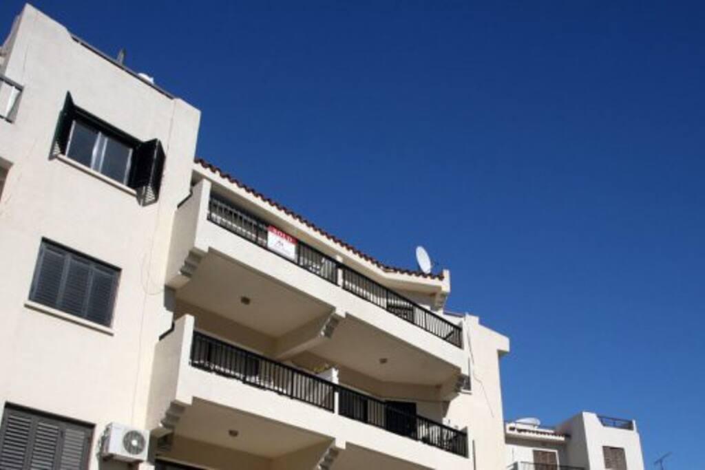 Вид с улицы (балкон). Есть козырек от солнца и дождя.