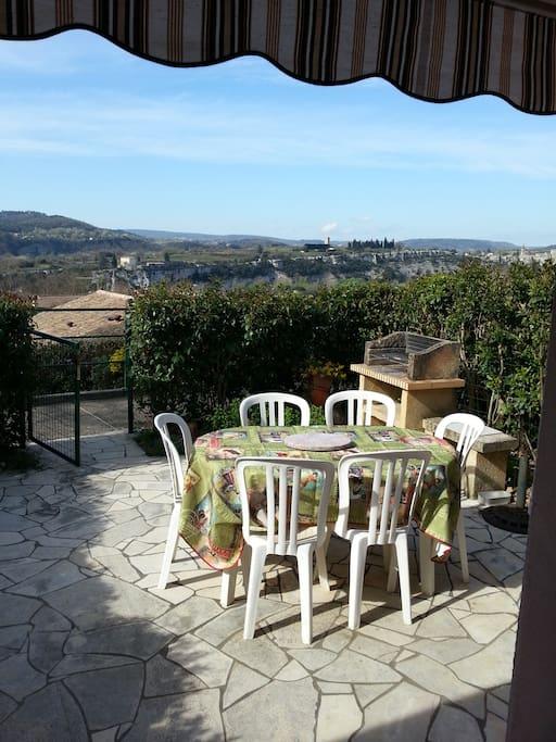 La jolie vue sur le village médiéval d'Aiguèze, de l'autre côté de l'Ardèche