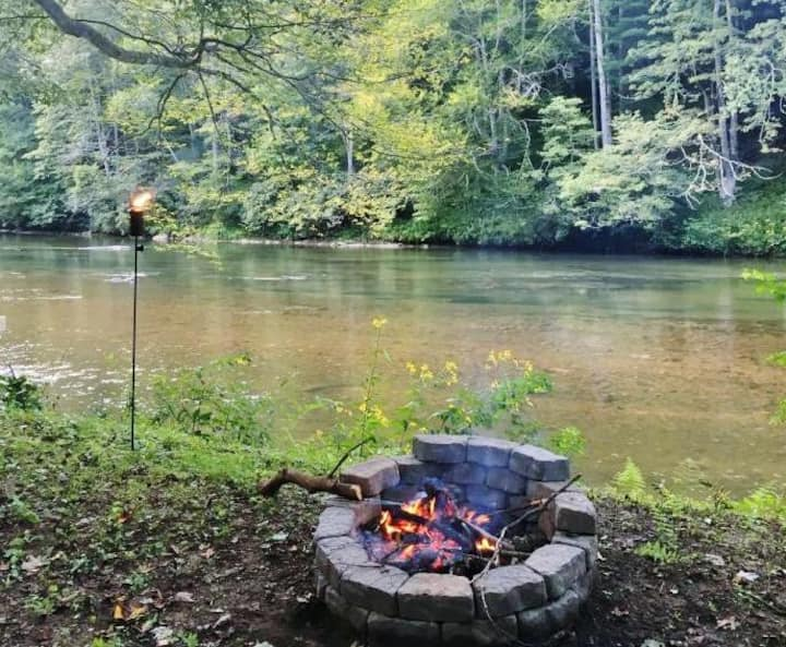 New River Haven-Riverfront, Dog Friendly, Fire Pit, WiFi, River Tubes, Smart TV's, Corn Hole