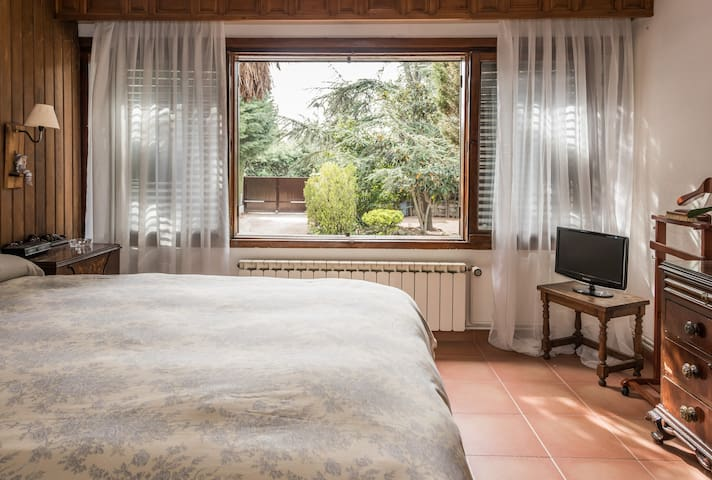 Villa Caponata. Room private acces and bathroom - Guadarrama