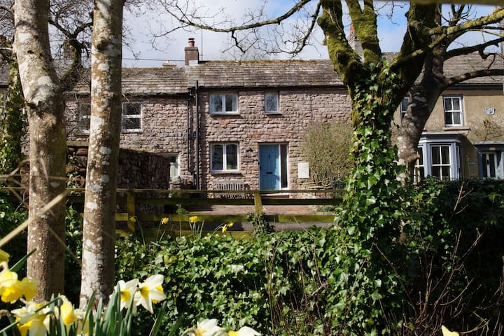 Charming, cosy cottage. Family and dog friendly.