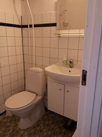 Toilet med bruser