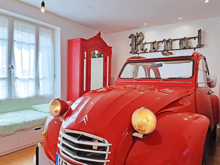Large unusual suite with breakfast and parking