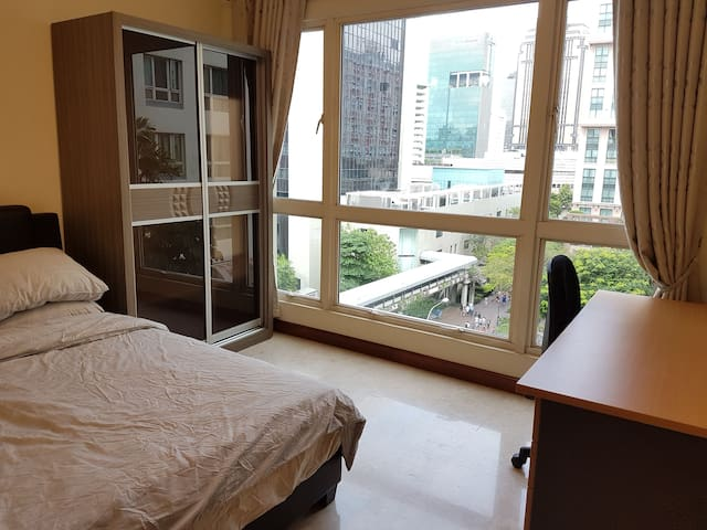 Private Bedroom in City Area (Queen Bed)