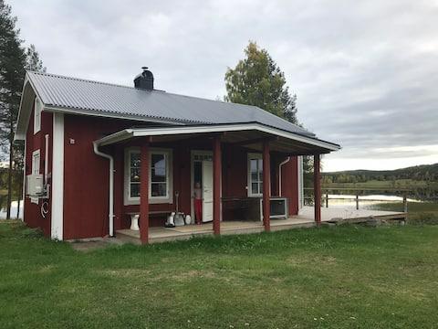Idylliskt litet hus invid Råneälven