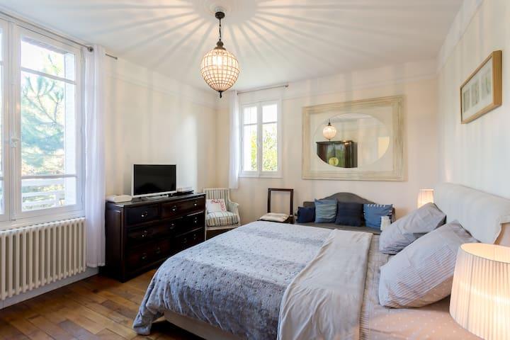 Bedroom 1/Bed 160cm/East/1st Floor