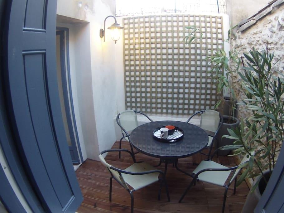 Le patio, pour un petit déjeuner ou diner le soir au frais