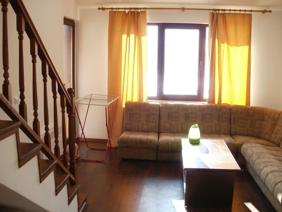 Гостиная с кухней и балконом, лестница на верхний этаж