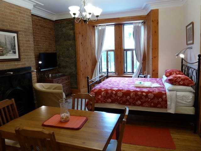 Charming Downtown Apartment + Breakfast - Montreal - Bed & Breakfast