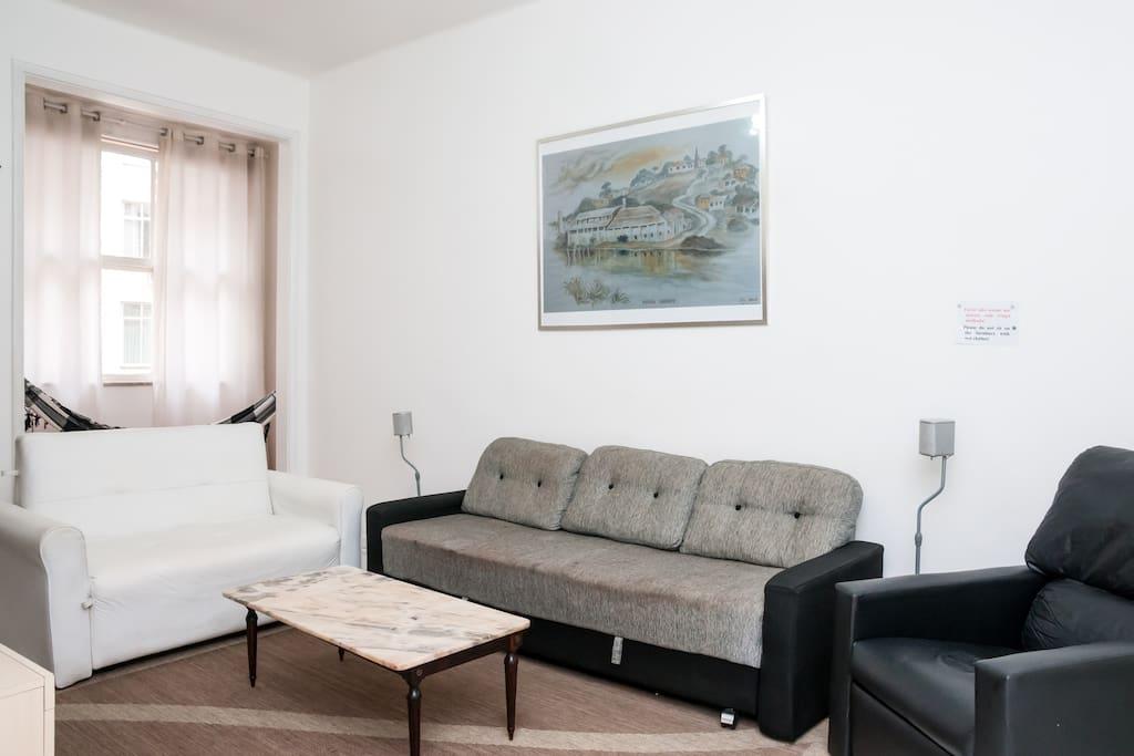 Sala com dois sofás cama e uma pequena varanda de frente para a Rua Pompeu Loureiro com uma rede. Nesta sala tem TV de 28 polegadas equipada com cable Net, DVD, Vídeo, Karaokê e CD.