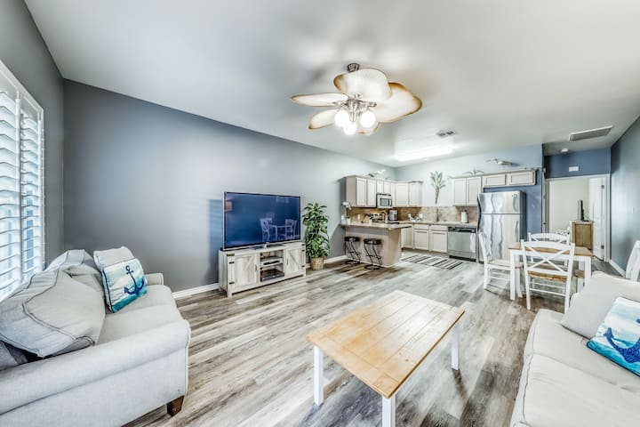 Dog-friendly family townhome, complete w/ shared pool access and free WiFi