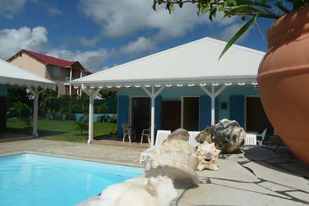 Bungalow villa T2 piscine, proche de la plage - Sainte-Anne