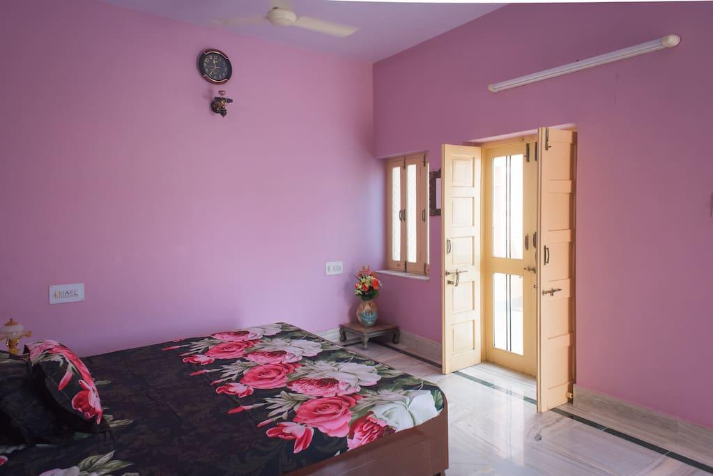 chambre avec une grande terrasse maisons louer jodhpur rajasthan inde. Black Bedroom Furniture Sets. Home Design Ideas