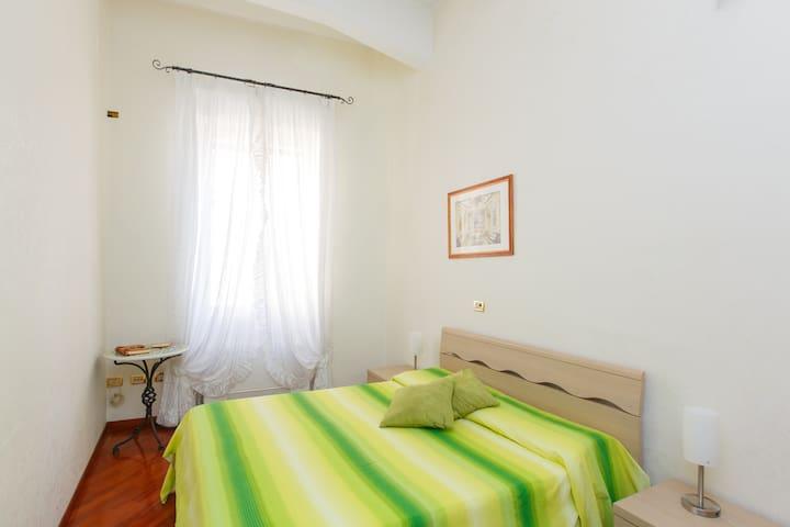 bedroom with kingsizebed 160 x 200 cm