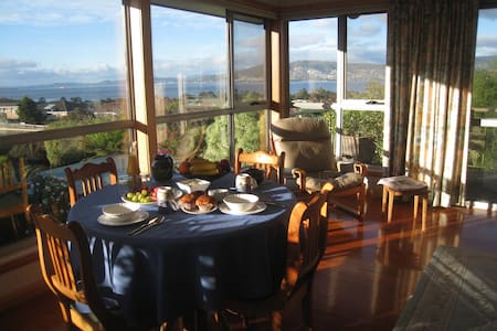 Breakfast Included with Great Harbour View - ハウラー