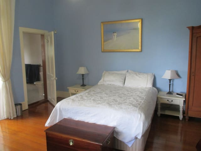 Luxury in historic home near UQ and Train to city - Brisbane - Apartment