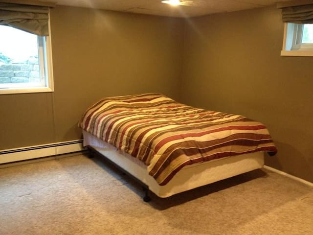 Private basement bedroom & bathroom - Coralville - House