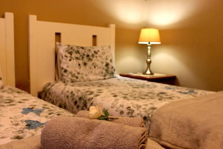 [5] Twin beds en-suite