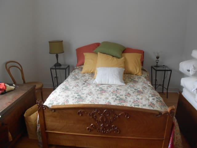 Guest room, queen size bed