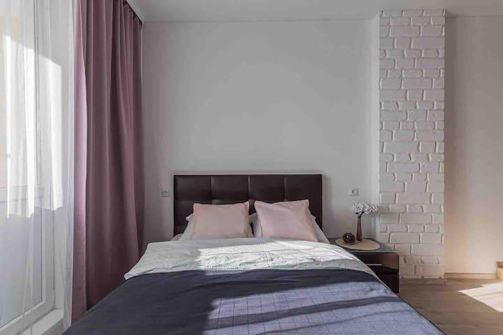 Кровать и матрас из фирменного магазина - залог качества, комфортного отдыха и сладкого сна. Декоративные подушки для красоты и удобства гостей.