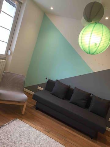 La deuxième chambre avec canapé convertible en lit 2 places, et un lit pour bébé