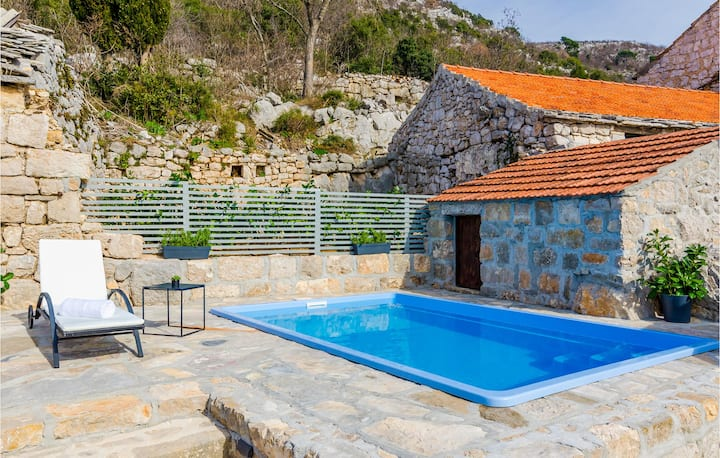 Amazing home in Brotnice with WiFi, 3 Bedrooms and Jacuzzi