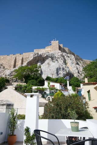 IN THE SHADOW OF ACROPOLIS-2 B/R - Athens - Hus