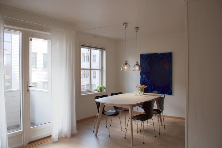 Sentral og fin leilighet m/balkong. Bad fra 2019.