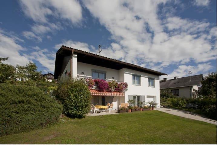 Haus von Außen, Liegewiese, Terrasse