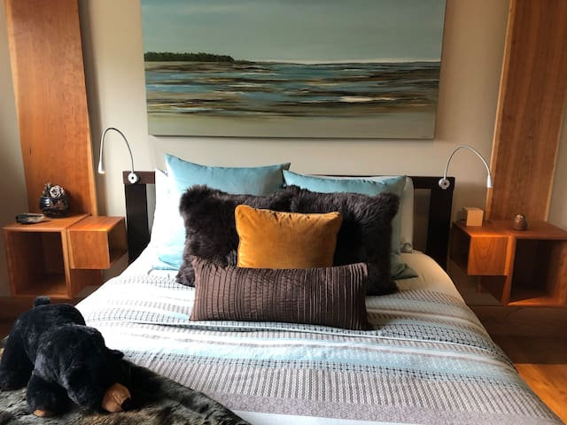 Quality linens; lots of pillows; both summer and winter duvets; queen bed.  Commissioned art throughout.