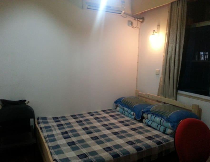 这就是供大家入住的卧室,床宽1.4米,长1.9米,可供两人入住。夜间拍的,光线不是很好。