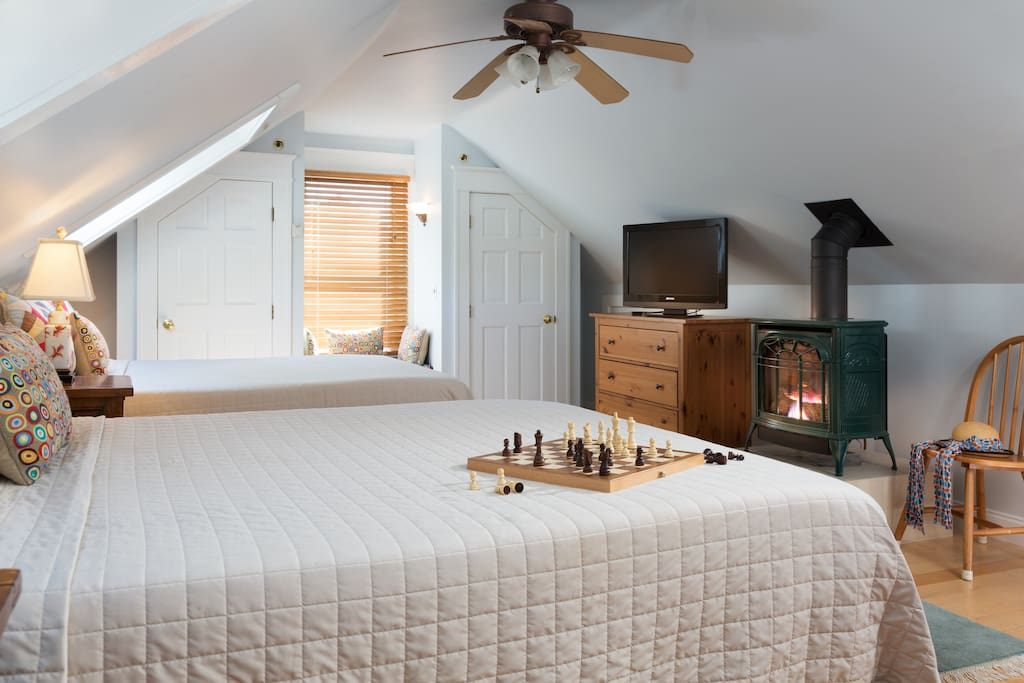 The bedroom features 2 queen size Tempur-Pedic beds