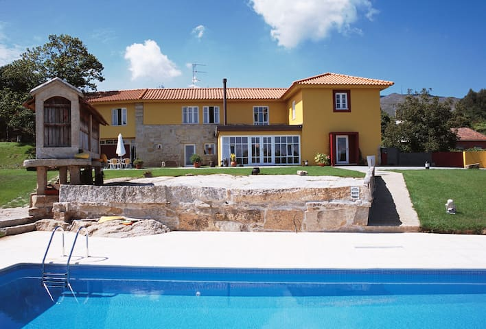 5 bedrooms villa with pool