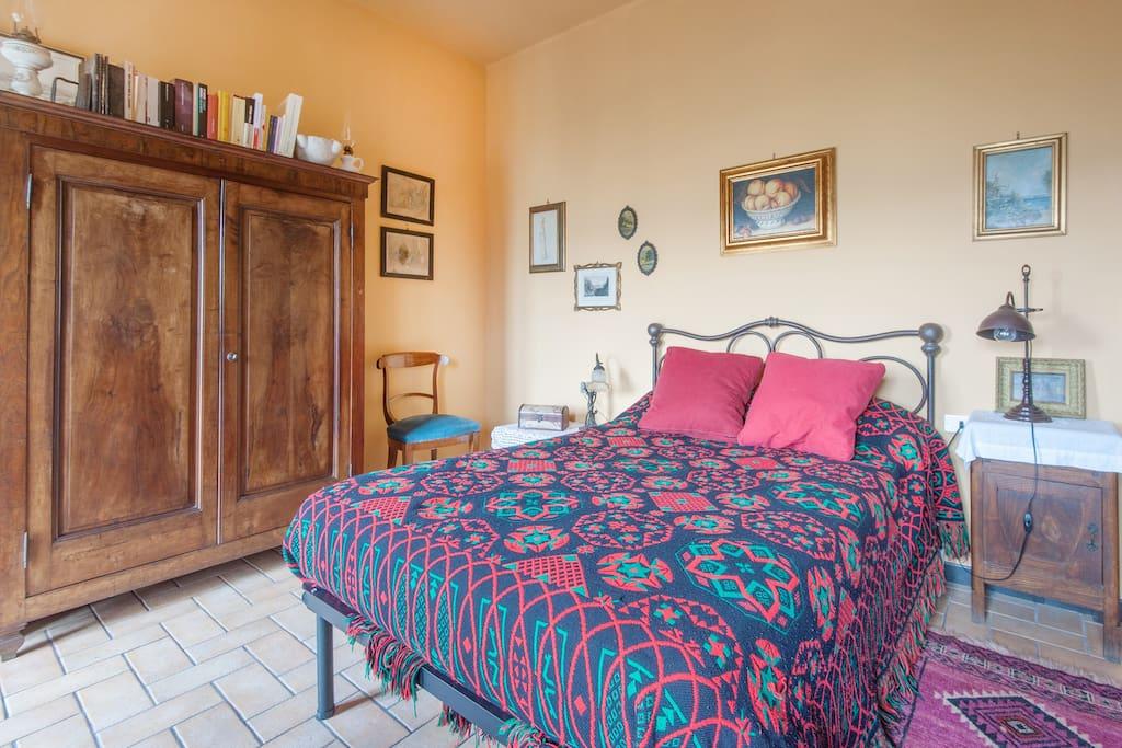la camera con letto, armadio, scrittoio