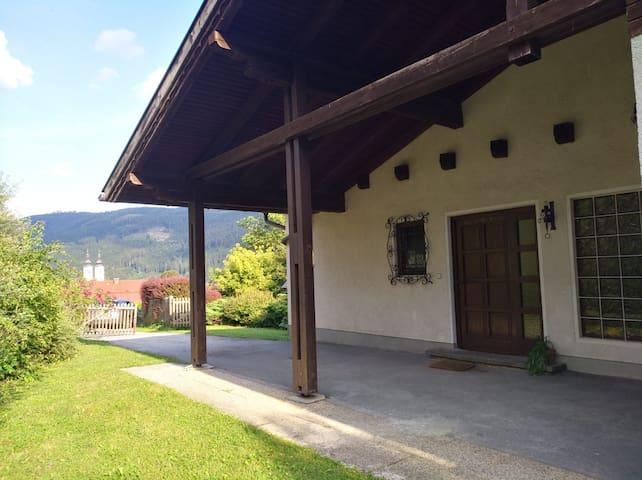 Hauseingang mit Blick zum Gurker Dom