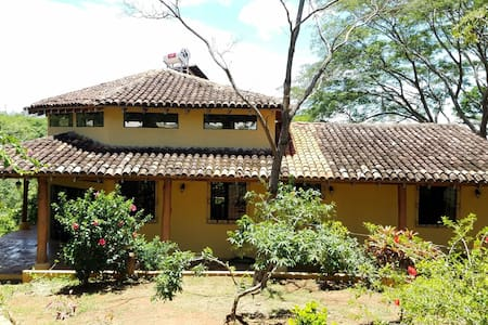 Quiet jungle house and big rooms! - El Socorro - Casa
