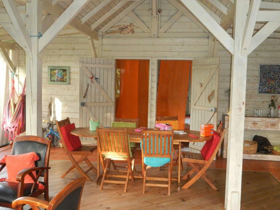 Grande salle à vivre aux couleurs tropicales (les deux portes mènent aux chambres).