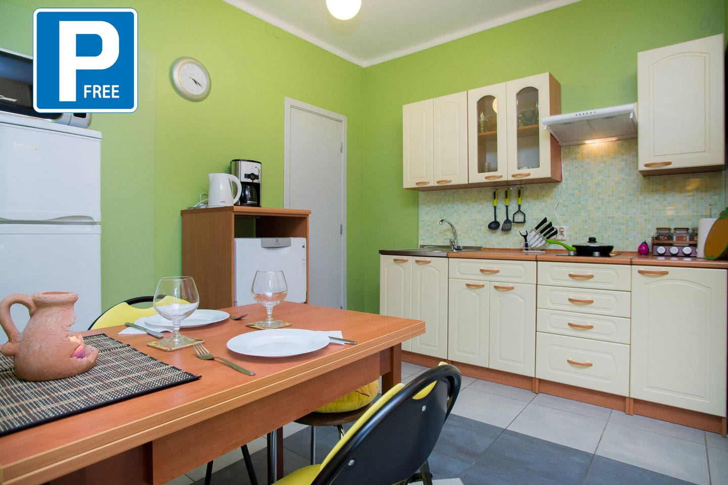 Fully equipped kitchen with dishwasher, coffee machine, sandwich maker, etc