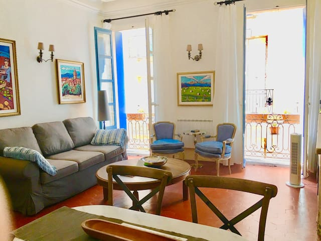 Light Filled, Elegant Apt. in the Heart of Pézenas