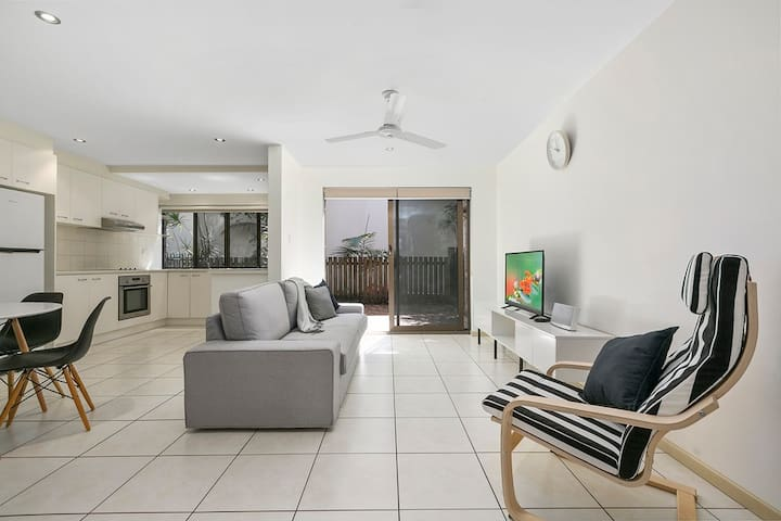 Chic Townhouse walking distance to Hastings Street