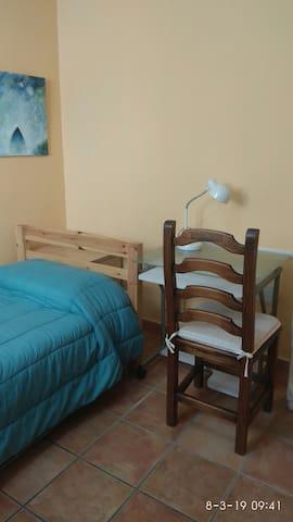 Habitación muy tranquila, llena de paz. Silenciosa, aunque la ubicación del lugar es totalmente centrica.