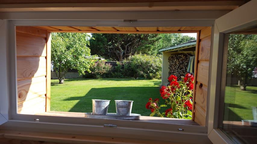 Maison en bois  dans un jardin calme et verdoyant - Saint-Philibert - Huis