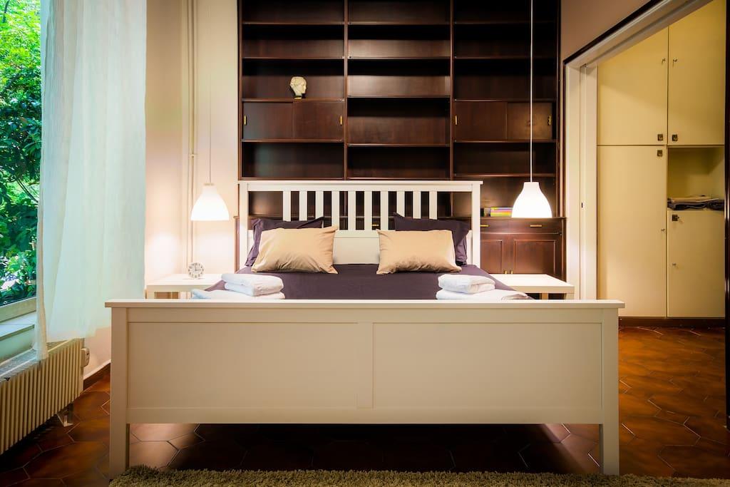 Super-kingsize bed
