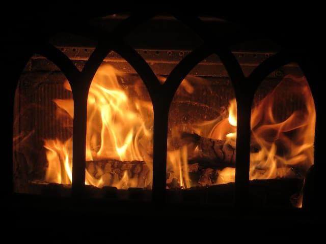 """Poêle à bois pour un soirée au coin de feu. """"Their sense of hospitality is amazing: warm muffins and a chimney fire ready for our arrival, a lovely autumn decoration in the cosy room, """" Laure"""