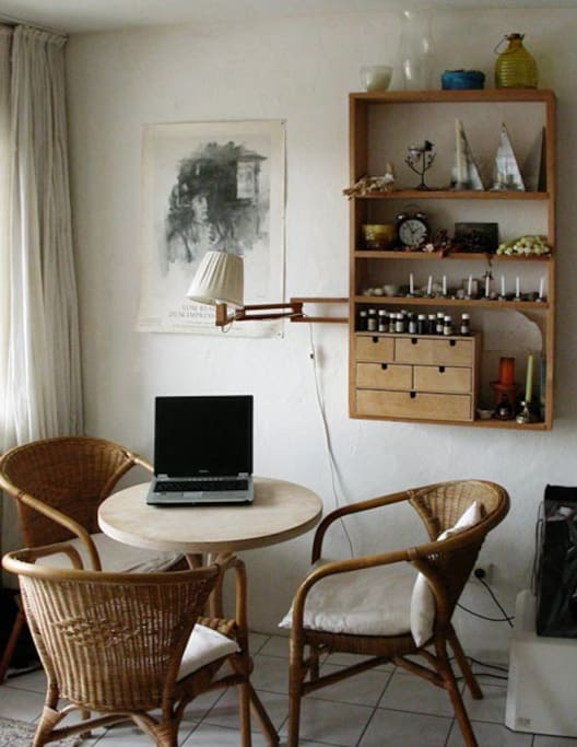 Sitzecke im Wohnzimmer - es gibt außerdem im selben Zimmer auch noch einen richtigen Esstisch für bis zu 6 Personen, sowie Zugang zur Küche