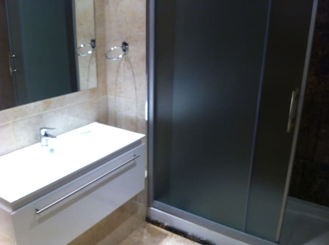 Salle de bain à l'Italienne bien équipée avec serviettes de rechange