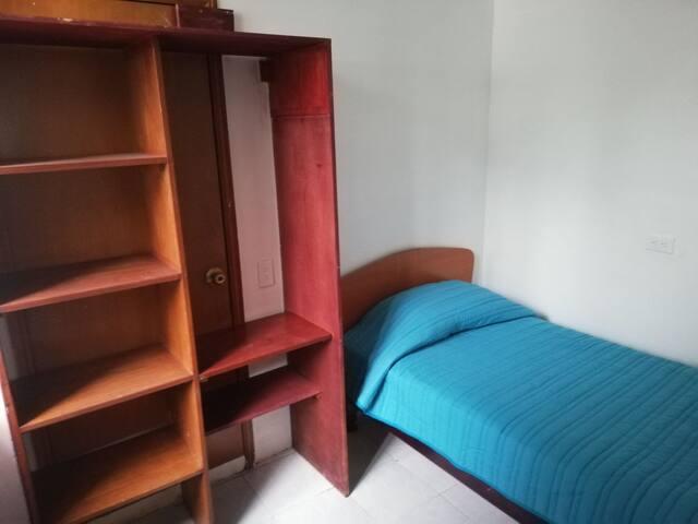 Habitación pequeña en casa zona Satélite