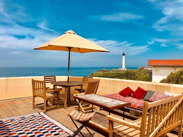 Logement atypique, grande terrasse vue mer