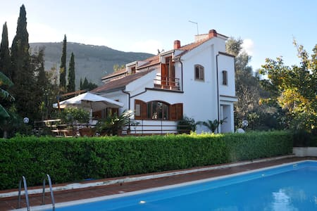 Agreable villa between town and sea - Palermo