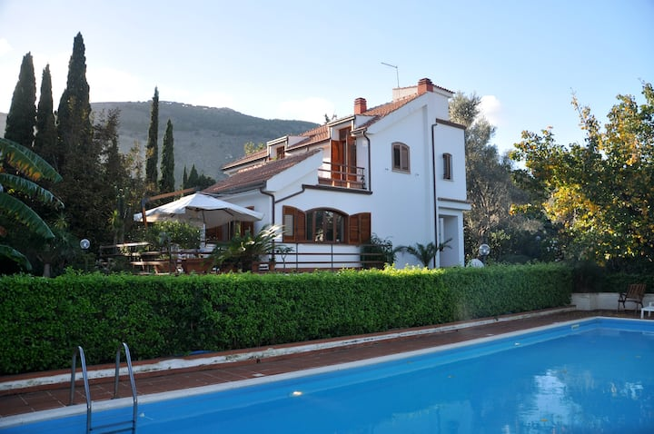 Agreable villa between town and sea